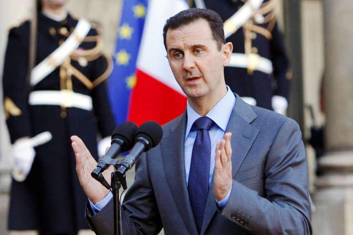 « Ces sommités qui s'indignent–ancien président de la République, ancien premier ministre et autres personnalités d'envergure– ont placé au premier rang d'un défilé du 14-Juillet Bachar Al-Assad, héritier dynastique d'un homme qui s'est entouré durant sa longue et sanglante carrière de criminels de guerre nazis réemployés pour la propagande antijuive de son régime. » (Photo: Bachar Al-Assad à l'Elysée, le9décembre 2010.)