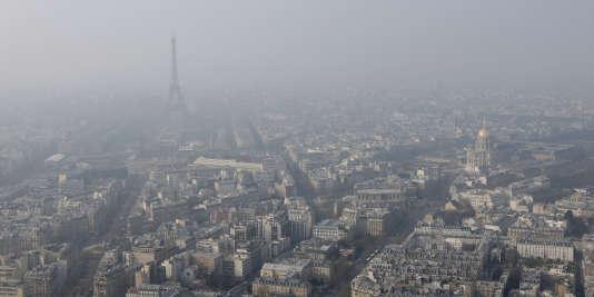 «Conformément aux dispositions adoptées en mai 2014 par le Conseil de Paris, sur proposition de l'exécutif parisien, la Ville mettra en place mercredi le stationnement résidentiel gratuit», indique la mairie de Paris.