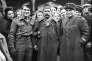 «La montée de l'Etat-providence, depuis la deuxième moitié du XIXe siècle, a suivi de peu l'arrivée de la guerre de masse, où de grandes armées composées d'une proportion importante de citoyens s'affrontaient dans les plaines d'Europe» (Un prisonnier de guerre rapatrié pose, brin de muguet à la boutonnière, entre deux militaires, dont un soldat de la France libre à Paris en mai 1945).