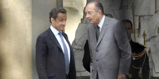 Le président Jacques Chirac s'entretient avec son successeur, Nicolas Sarkozy, le 10 mai 2007, sur le perron de l'Elysée.