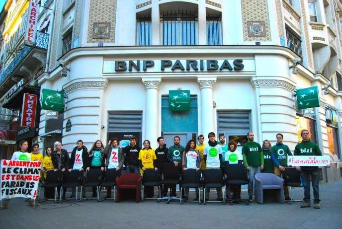 Action militante pour le climat et contre la finance internationale à Paris, jeudi 1er octobre.