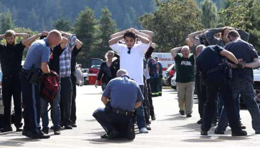 A la suite d'une fusillade jeudi 1er octobre à l'Umpqua Community College, à Roseburg, en Oregon, la police fouille les étudiants à leur sortie du campus, à la recherche d'éventuels complices et d'armes.