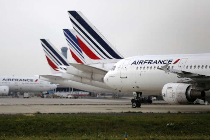 Avion de la compagnie Air France à l'aéroport Charles de Gaulle, à Roissy.