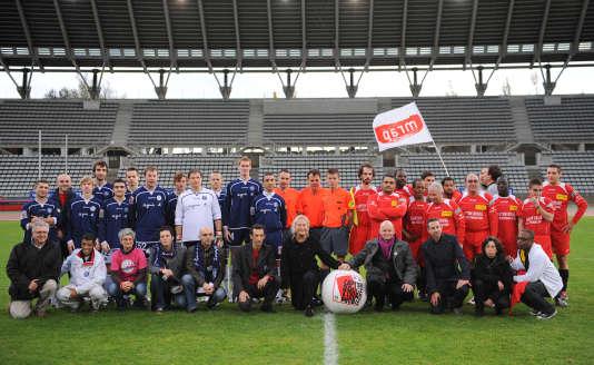 L'équipe du Paris foot gay en 2009 (maillot bleu) avant un match contre des personnalités.