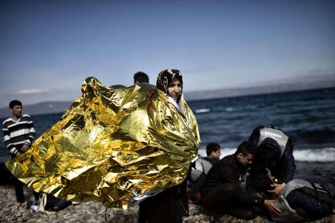 Des migrants arrivent sur l'île grecque de Lesbos après avoir traversé la mer Egée depuis la Turquie, le 1er octobre.