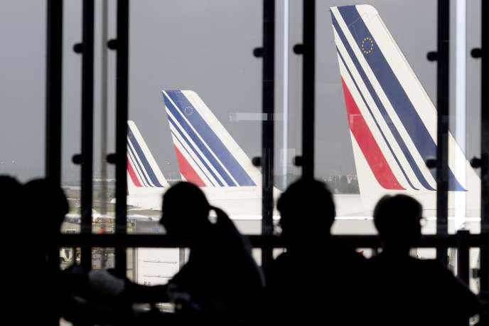 Des passagers patientent à l'aéroport d'Orly, le 15 septembre 2014.