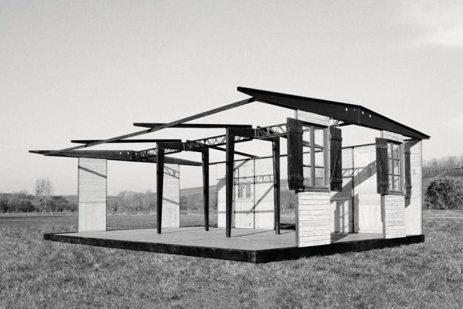 En 1944, l'abbé Pierre demande à Jean Prouvé de créer des logements démontables destinés aux plus démunis : la Maison des sinistrés.