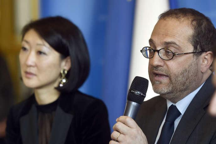 La ministre de la culture et de la communication, Fleur Pellerin, et Marc Schwartz lors d'une conférence de presse à Paris en mars 2015.