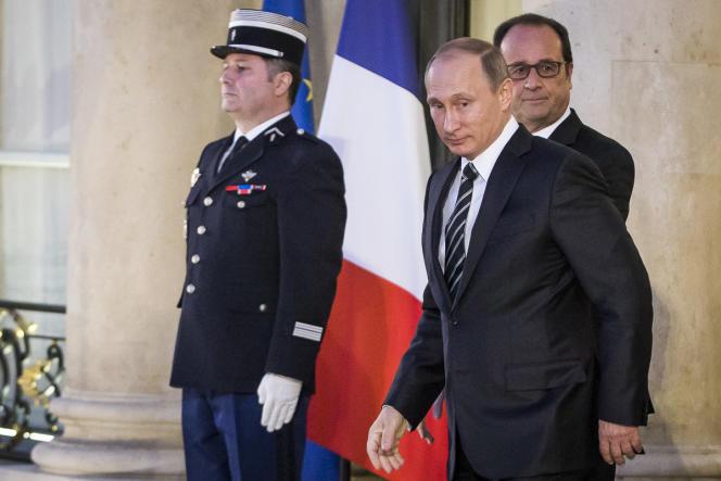 François Hollande raccompagne Vladimir Poutine à l'issue d'un sommet sur la situation en Ukraine au palais de l'Elysée.