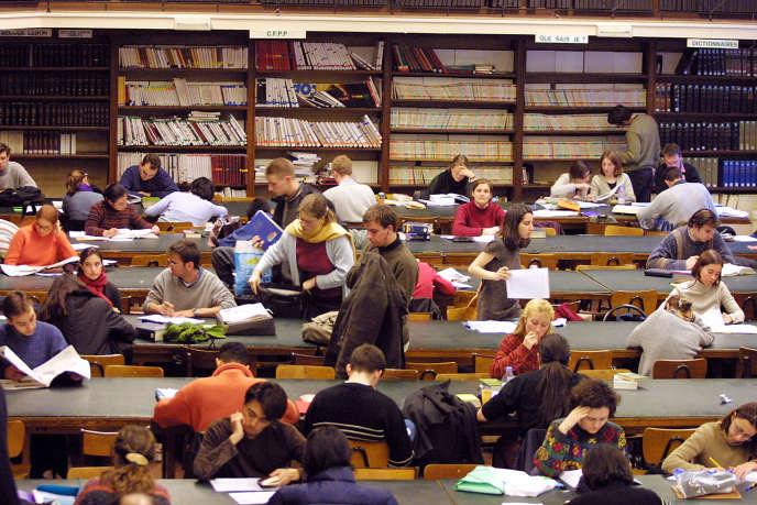 Des étudiants travaillent dans la bibliothèque de l'Institut d'études politiques (IEP) de Paris, le 27 février 2001.