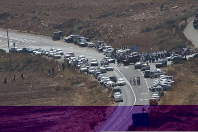 Des colons israéliens se rassemblent, vendredi 2 octobre, près du lieu où un couple de colons a été tué par balles, la veille, non loin de Beit Fourik, en Cisjordanie