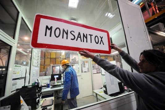 Une action de militants anti-OGM sur le site de Monsanto à Trèbes, en janvier 2014.