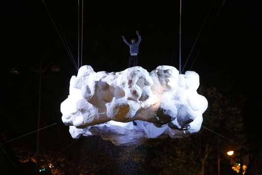 """Un acrobate sautant sur le """"Nuage"""" de l'atiste français Stéphane Rocordel."""