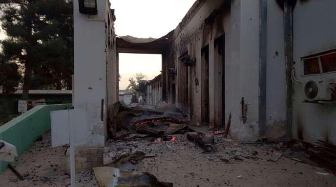 Un bâtiment en feu de l'hôpital de MSF à Kunduz, après un bombardement de l'OTAN contre les talibans, le 3 octobre.