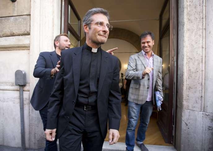Le père Krysztof Olaf Charamsa après avoir publiquement annoncé son homosexualité le 3 octobre.