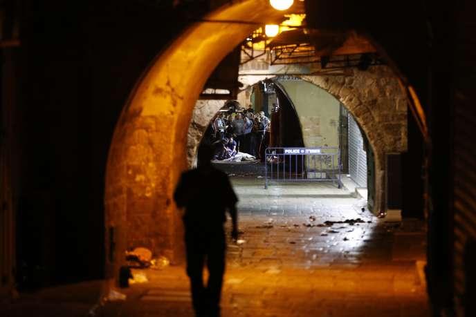 Les forces de sécurité israéliennes autour du corps de l'homme qui a attaqué quatre membres d'une même famille, samedi 3 octobre, à Jérusalem.
