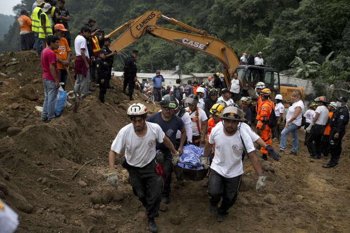 Plusieurs dizaines d'habitations ont été englouties près de la capitale. Selon un bilan provisoire, au moins 30 personnes sont mortes et 600 sont portées disparues.