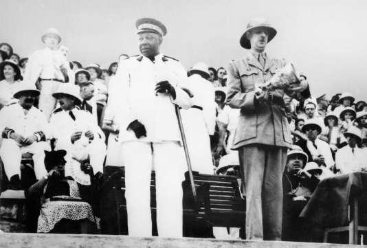 Le gouverneur général du Congo Félix Eboué (G) se tient au côté du général Charles de Gaulle au mois de février 1944 au cours de la conférence de Brazzaville.