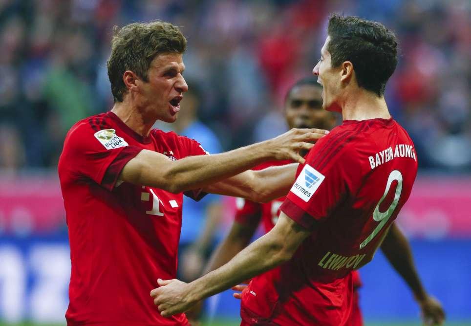 HEU-REUX. Thomas Müller et Robert Lewandowski ne cachent pas leur joie après leur écrasante victoire, dimanche, face à leur dauphin au classement, le Borussia Dortumund, par 5 buts à 1. Le bilan des Bavarois est impressionnant : 8 victoires en 8 matchs, 28 buts marqués pour 4 encaissés. Ils comptent 7 points d'avance sur le Borussia. Bref, un championnat qui semble déjà plié.