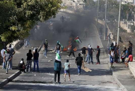 Des Palestiniens lors d'un affrontement avec les forces de sécurité israéliennes, dans un quartier de Jérusalem-Est, le 4 octobre.