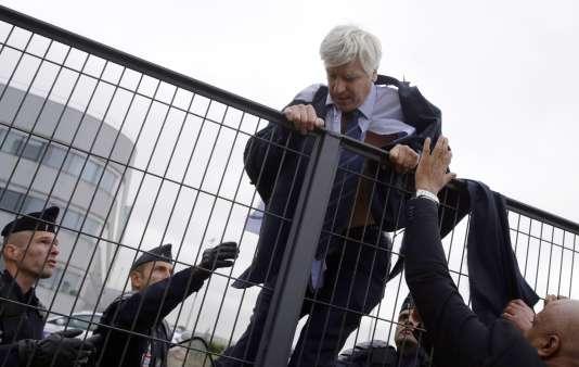 L'un des cadres d'Air France, Pierre Plissonnier, chemise arrachée, tente d'escalader un grillage le 5octobre 2015 à Roissy.