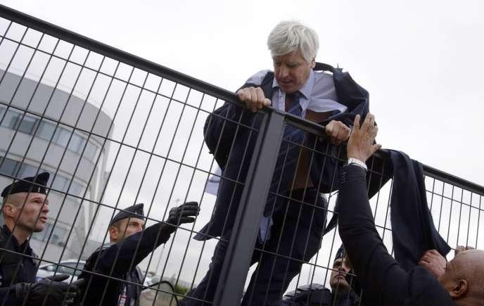 Le directeur long-courrier d'Air France, Pierre Plissonnier, le 5 octobre, après avoir été attaqué lors du comité central d'entreprise par des salariés en colère.
