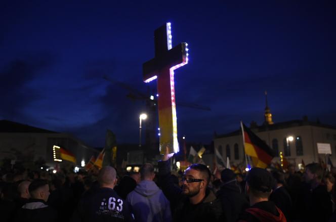 Une croix aux couleurs du drapeau allemand à la manifestation du mouvement islamophobe Pegida à Dresde le 5 octobre.