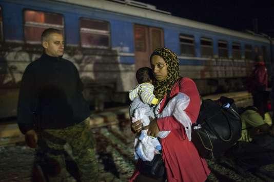 Des migrants montent dans un train, après avoir passé la frontière entre la Grèce et la Macédoine, le 5 octobre.