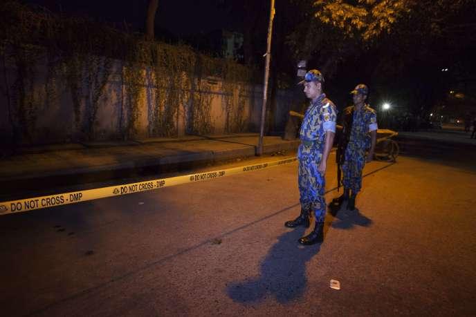 Des policiers bangladais sur les lieux où Cesare Tavella, 50 ans, un travailleur humanitaire italien, a été abattu par des agresseurs qui ont pris la fuite en moto.
