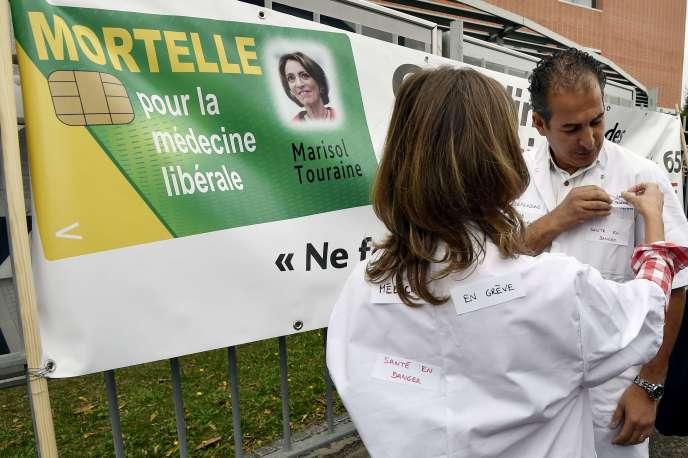 Lors d'une manifestation contre le projet de loi santé, le 5 octobre à Toulouse.