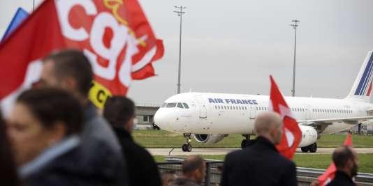 Des employés d'Air France manifestent devant le siège de la compagnie à Roissy-en-France, le 5 octobre.