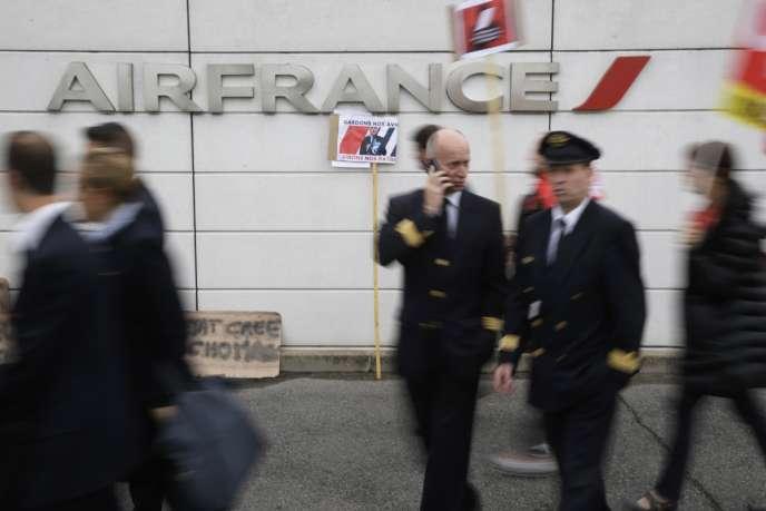 Le président du Syndicat national des pilotes de ligne Air France, syndicat majoritaire chez les pilotes, a appelé mardi6octobre l'Etat à sortir du silence pour régler le conflit au sein de la compagnie.