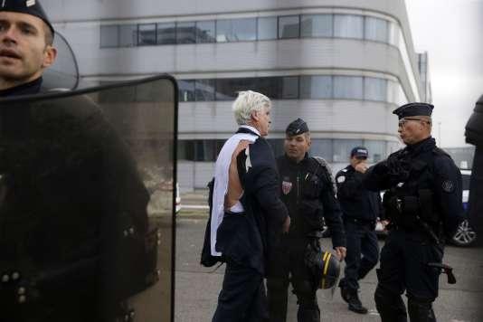 Pierre Plissonnier, responsable de l'activité long-courrier d'Air France, quitte le bâtiment après l'interruption du comité central d'entreprise, le 5octobre.