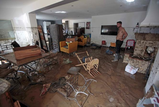 Un homme dans le salon de sa maison, à Biot (Alpes-Maritimes), après les inondations dues à des pluies torrentielles, le 4 octobre.