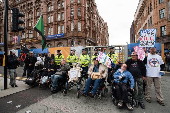 Des manifestants handicapés devant l'entrée du palais des congrès, où sont réunis les conservateurs, le 5 octobre à Manchester.