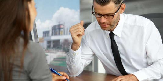 Lourd à porter, le fardeau du prêt bancaire pour financer ses études peut avoir des incidences sur l'entrée dans le monde du travail.
