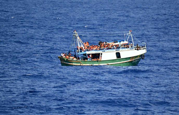 Un bateau transportant 284 réfugiés et migrants au large de la Sicile en Italie, en septembre 2014.