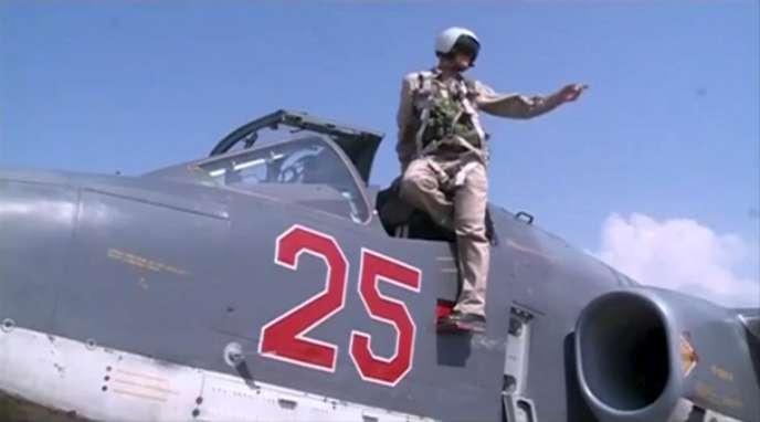 Capture d'écran d'une vidéo du ministère russe de la défense publiée lundi 5octobre, montrant un pilote sur un Soukhoï Su-25, sur la base de Khmeimim, en Syrie.