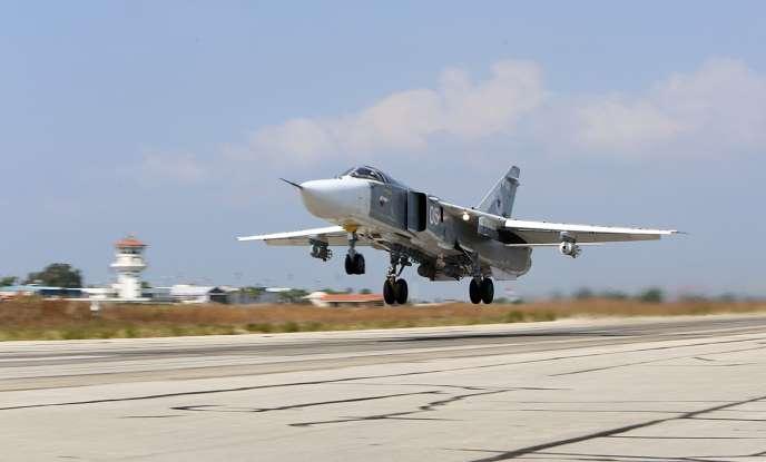 Un bombardier Soukhoï Su-24 décolle de la base russe située à Hmeimim (Syrie), le 3 octobre 2015.