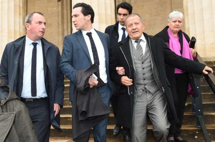 Alain Thurin (à droite) et ses avocats, le 5octobre au palais de justice de Bordeaux.