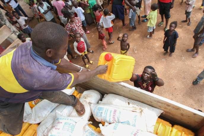 Distribution de riz, d'huile et de sel par l'archevêque de Bangui dans un camp pour personnes déplacées, en octobre.