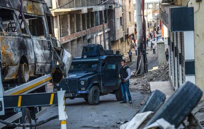 La police turque dans une rue de Diyarbakir le 5 octobre 2015.