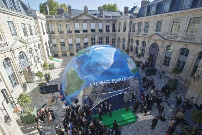 Une opération de promotion de la COP21 au ministère de l'environnement à Paris le 30 septembre 2015.