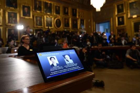 Les portraits de Takaaki Kajita et Arthur B. McDonald, lors de la conférence de presse du prix Nobel de physique, le 6octobre.