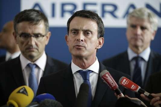 Manuel Valls entre le directeur des ressources humaines d'Air France, Xavier Broseta (à gauche) et Pierre Plissonnier, le directeur des vols long-courriers  (à droite) au siège de la compagnie, le 6 octobre, à Roissy.