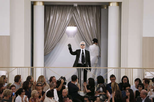 Karl Lagerfeld à la fin du défile de la collection automne/hiver 2015-2016 de Chanel, le 7 juillet 2015 au Grand-Palais à Paris.