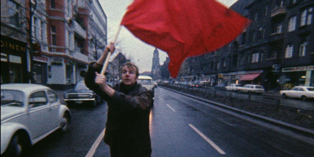 A l'aide d'images d'archives rares, assemblées sans l'appui d'une voix off, Jean-Gabriel Périot éclaire le processus de radicalisation suivi par les membres de la bande à Baader au sein de la Fraction armée rouge.  De quoi comprendre le basculement d'une jeunesse idéaliste, en colère contre l'héritage nazi et le soutien du gouvernement aux dictatures lointaines,  et qui passe de la protestation au déchaînement de violence.
