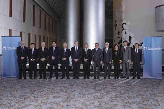 """La """"photo de famille"""" des ministres du commerce du Partenariat transpacifique à Atlanta aux Etats-Unis le 1er octobre 2015."""