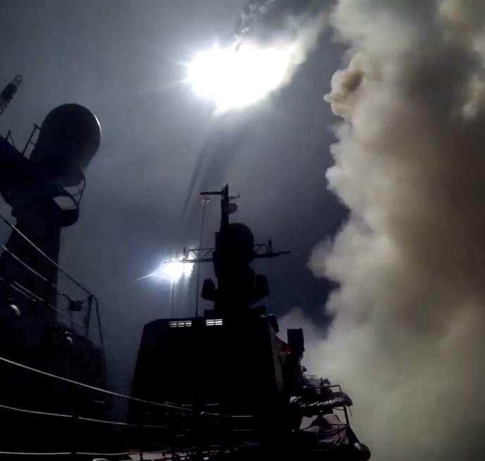 Lancement par la Russie d'un missile de croisière depuis la mer Caspienne, sur une image rendue publique par le ministère russe de la défense, le 7 octobre 2015.