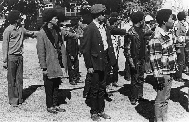 Des membres des Black Panthers se rangent en formation paramilitaire lors d'une manifestation anti-fasciste à Oakland en Californie le 20 décembre 1969.